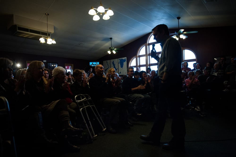 U.S. Republican presidential candidate Ted Cruz speaks at Godfather's Pizza in Spirit Lake, Iowa January 6, 2016. REUTERS/Mark Kauzlarich