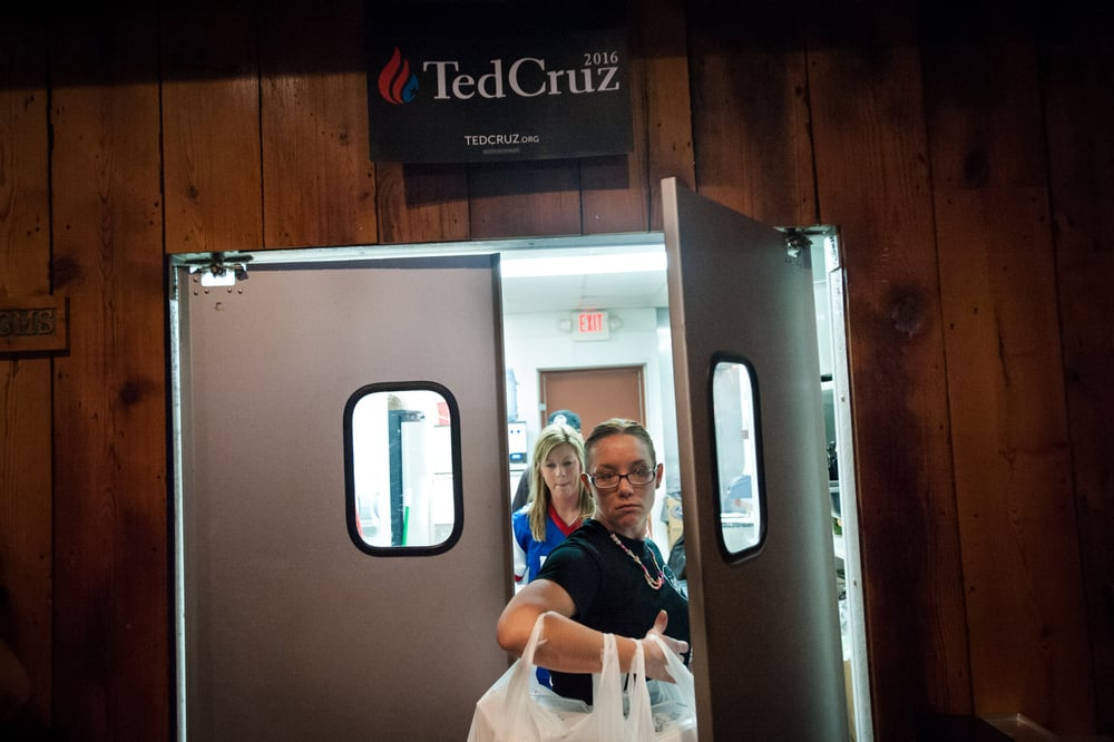 Restaurant staff carry the meals for the staff of U.S. Republican presidential candidate Ted Cruz (not shown) as he speaks at a Rustix Restaurant and Event Center in Humboldt, Iowa January 7, 2016. REUTERS/Mark Kauzlarich