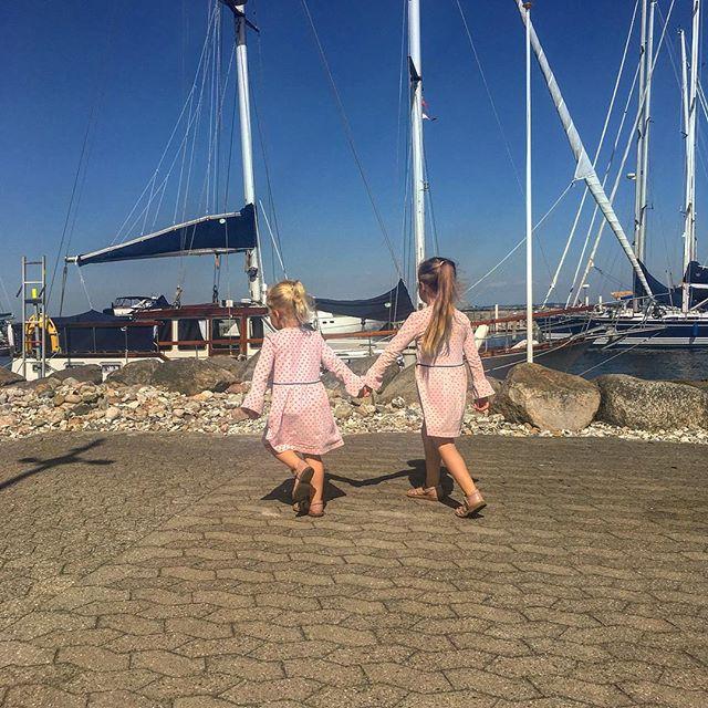 #summertime ☀️ To glade piger på vej at fiske krabber 💕i #rungstedhavn Nu holder vi fri, ind til i morgen kl. 10:30 hvor vi skal fremvise igen. Rigtigt god fredag #annareventlow #ejendomsmægler #summer #hørsholm #rungsted #københavn #realestate #livlystockholm #girl #dress #happytimes