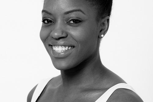 """MONIQUE SMITH MC-DOWELL Monique Smith-McDowell wurde in England geboren und hat in London sowohl ihren Bachelor im zeitgenössischen Tanz mit Auszeichnung als auch ihr Diplom in Performance erhalten. Sie war als Tänzerin für das Barbican Theatre, das Robin Howard Theatre, das Barak Marshall Dance Theater, die Richard Alston Company und zahlreiche mehr tätig. In ihrer Karriere hat sie Choreographien unter anderem von Jiri Kylian und Merce Cunningham getanzt. Monique Smith McDowell ist als Sängerin und Tänzerin für """"König der Löwen"""" in Hamburg tätig und Tänzerin, sowie Probenleiterin in der Sticky Trace Company."""