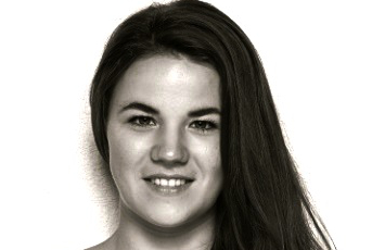 SELINA LETTENBICHLER Selina Lettenbichler ist ausgebildete zeitgenössische Bühnentänzerin und staatlich geprüfte Gymnastiklehrerin. Sie tanzte in Opern- und Musicalproduktionen in Deutschland und Österreich und ist 4-fache Tiroler, sowie 2-fache Vize-österreichische Meisterin in Leistungssportaerobic. Neben ihrer eigenen choreografischen Arbeit ist sie zudem im tanzpädagogischen Bereich im Raum München tätig. Selina Lettenbichler ist Tänzerin der Sticky Trace Company.