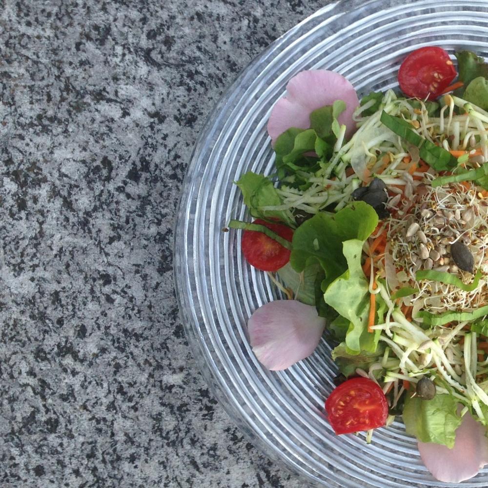 insalata mista di stagione con semi e petali di giori