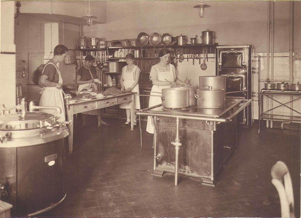 The kitchen of Dr Bircher-Benner's sanatorium in the 1920s Source:Bircher-Benner Archiv, Universität Zürich, Medizinhistorisches Institut, (public domain)