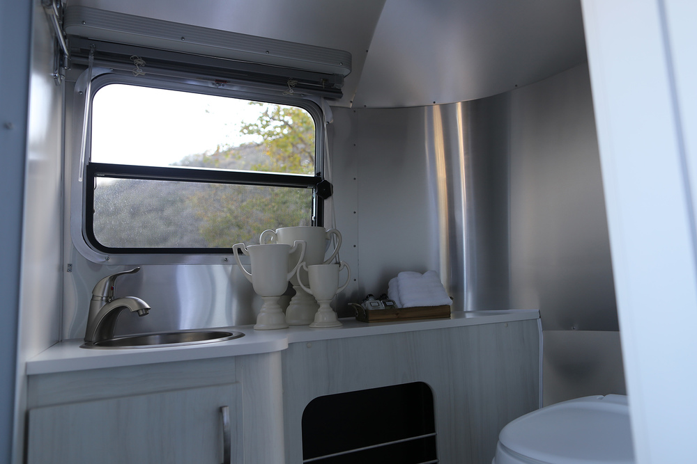 airstream-rental-bambi-sport-22ft-bathroom.JPG