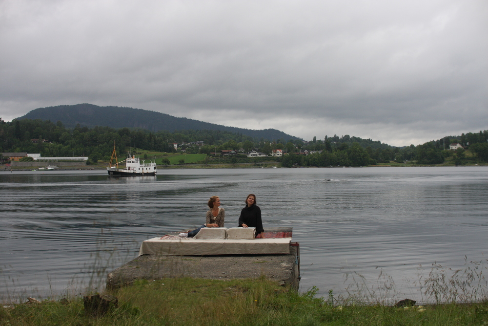 Fra forberedelsene. Laura Vallenes og Anette Werenskiold
