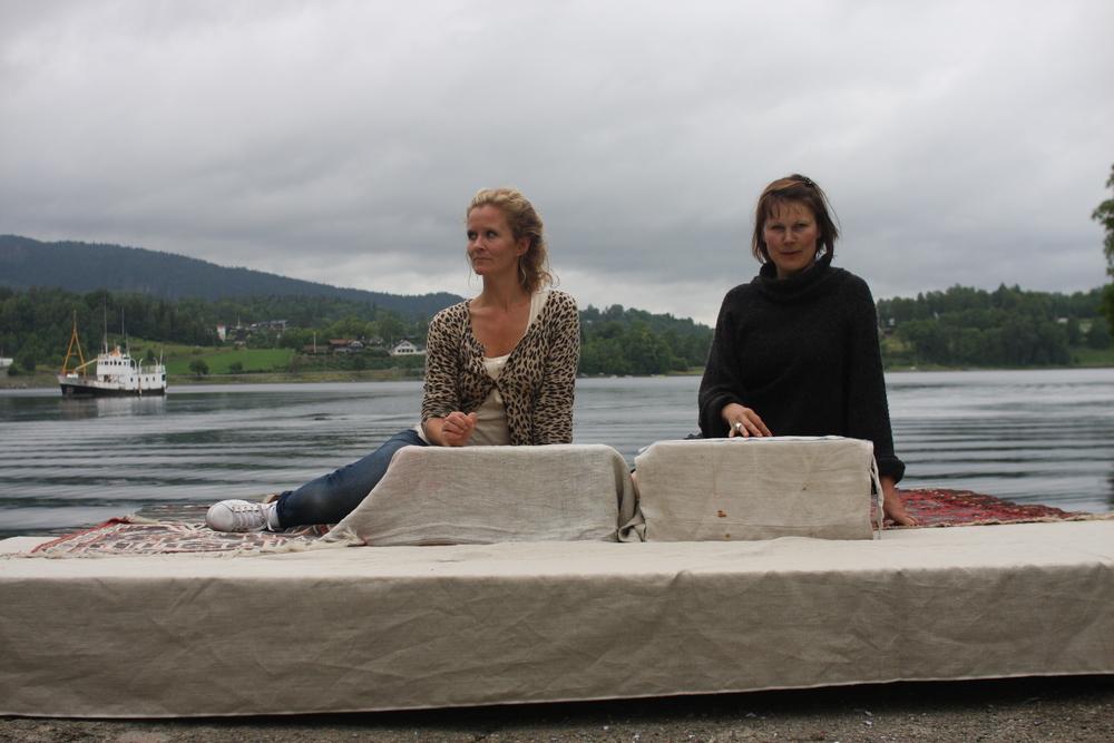 Fra forberedelsene. Laura Vallenes og Hilde Olausson