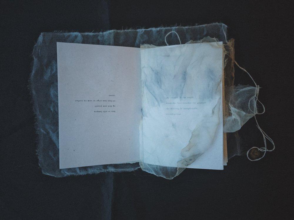 """""""Det er en nydelig diktsamling som jeg er så heldig å eie - den hviler på nattbordet mitt og jeg leser stadig i den.""""  — Marit Kjetun, forfatter"""