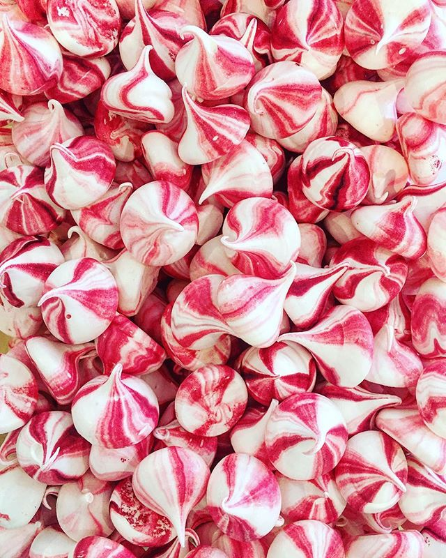 ALL THE MERINGUES 🎀💕🎉 ready for a charity dinner tomorrow #chef #food #catering #event #eventcatering #food52 #f52 #thefeedfeed #feedfeed #feedfeedbaking #baking #meringue #vscocam #instafood #instafoodie #hakunafoods #goodfood #meringuegirls