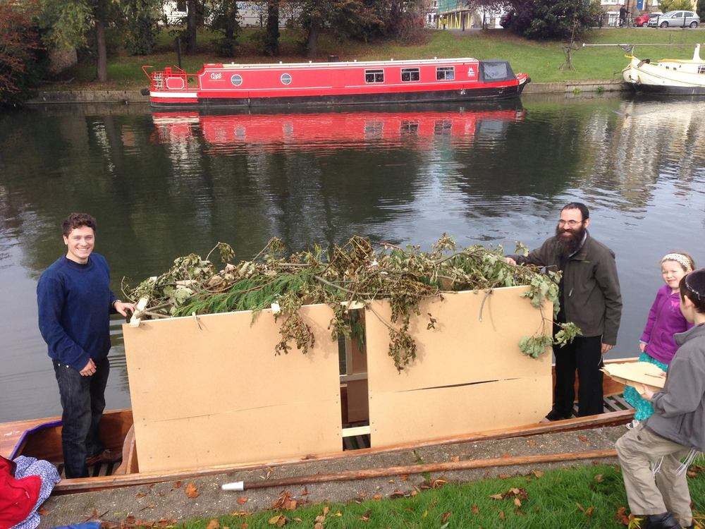 Sukkah on a punt, Cambridge