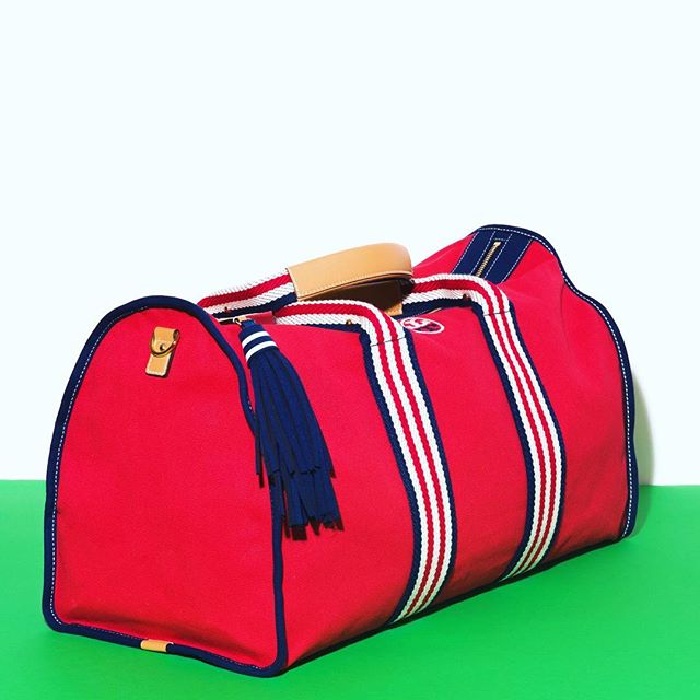 If 🇺🇸FLAG DAY had a bag 🇺🇸 it might be a @toryburch duffel 🔴⚪️🔵 This is just another thing #WalinAndWolffLoves . .  #perfecttote #lovetoryburch #walinandwolff #WWloves #NewCanaan #SouthportCT #RyeNY #designershoes #handbags #luxury #shoplocal #favorites #stylishlady #shoponline #fairfieldcounty #westchestercounty #armonk #greenwich #darien #westport #fairfield #fashionblogger #streetstyle #lovehowyoulook #totesforeveryone #toryburchtote #tennisstyle