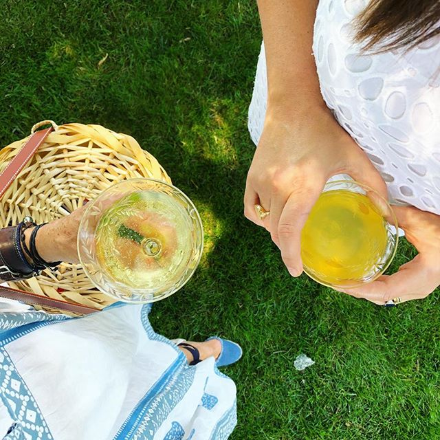 🥂 in the garden w @debbie_propst. Just your typical trunk show @kdhamptons -style 🌿🌸🌳. #itsbetterinthehamptons more in the story....