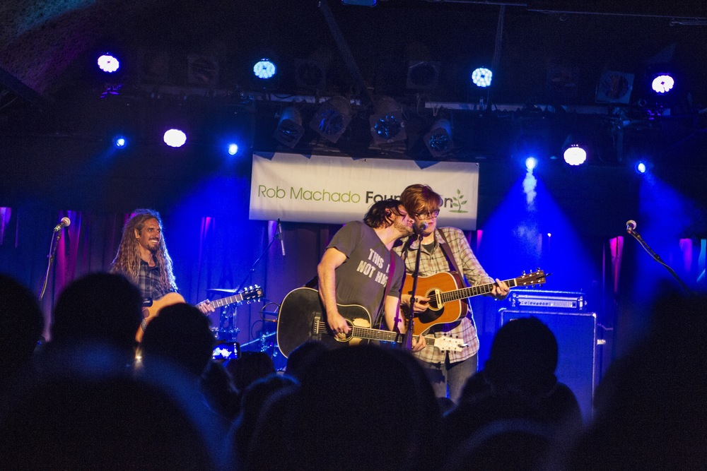 Matt Nathanson and Brett Dennen share a mic. (Photo: JP Van Swae)