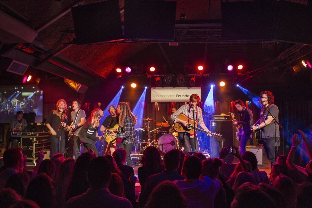 Good vibes were at an all-time high with this crew on stage singing covers together. (Photo: JP Van Swae)