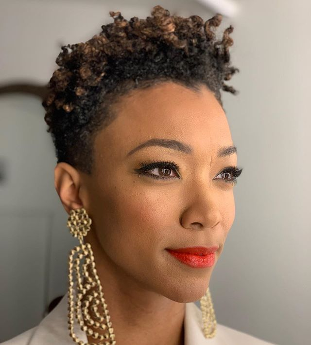 Gorgeous. @therealsonequa . . . #curlyhair #naturalhair @monaeartistry  #lipstick using @armanibeauty in #401 #skin @glossier Stretch Concealer mixing 30, 40 & 50 #armanibeauty #glossier #startrek