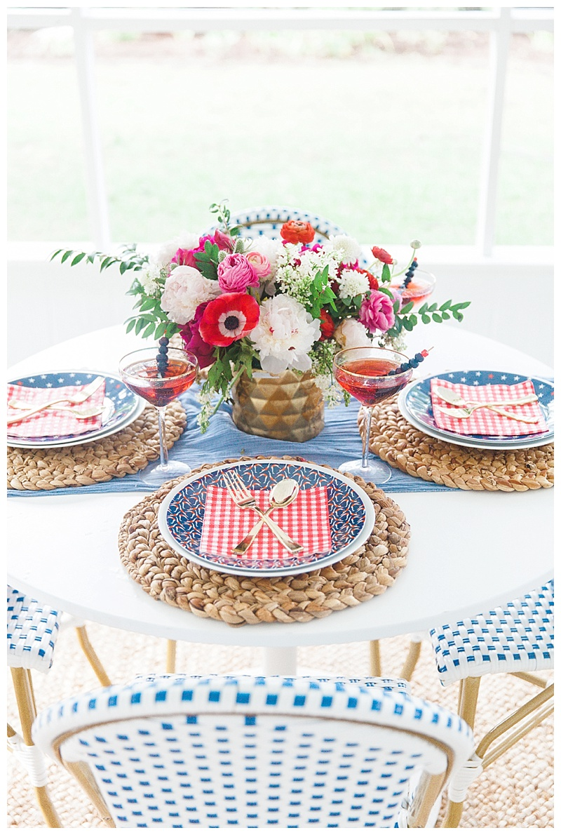 Patriotic table ideas cake and confetti