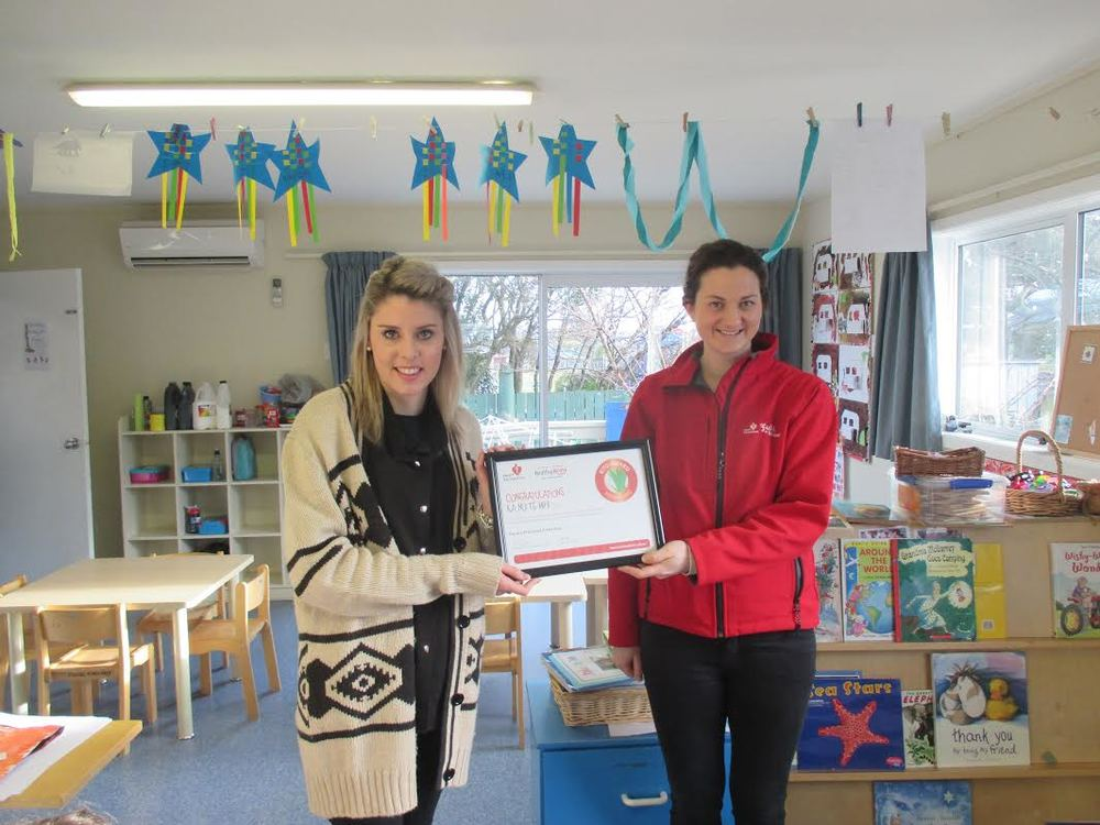 Chloe Balderstone (right) from the Heart Foundation presents Kelsea with our certificate.