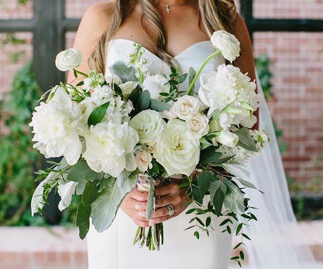 Green and white perfection 🌿 Shades of cream, ivory and the faintest blush gave subtle depth to Jamie's classic all white bouquet 📷: @linejurgensen