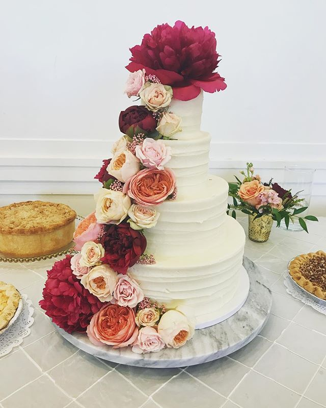 Wedding cake + peonies... what more could you ask for? 😍 I am still dreaming about Medley's incredible cake from last weekend!