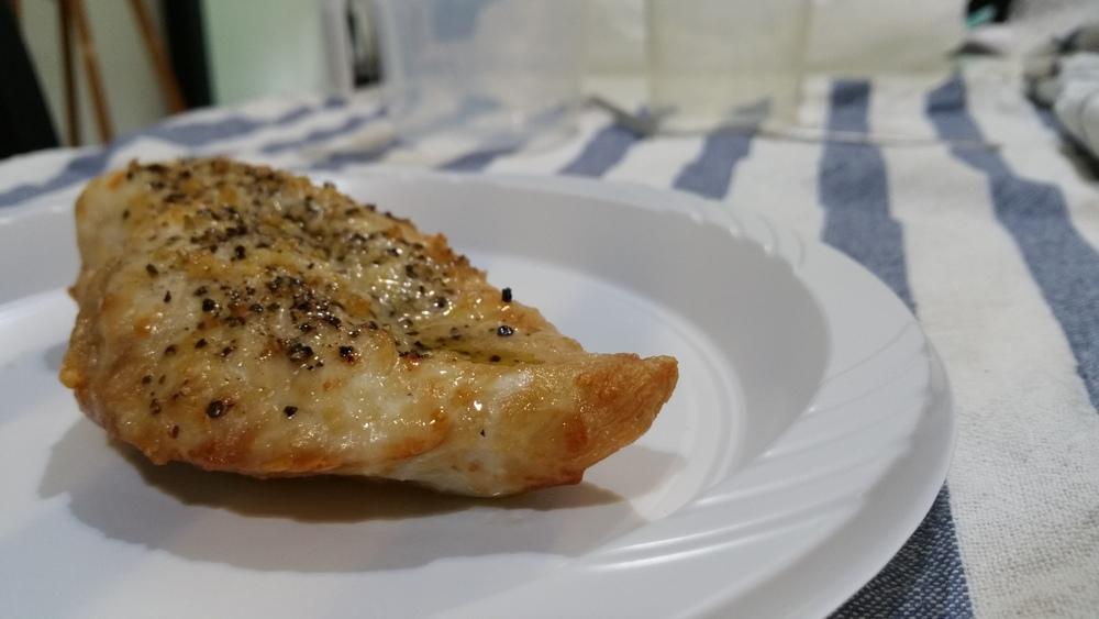Airfried chicken breast with black pepper and garlic salt