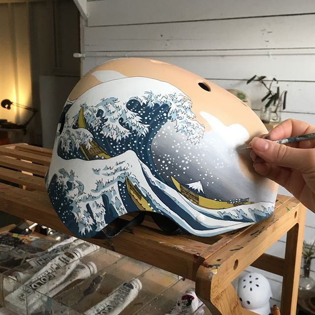 This #greatwave helmet takes forever, but commuting with art on your head is worth the work. For a local customer to wear on his @boostedboards featuring the phonemes of his name in Japanese characters.