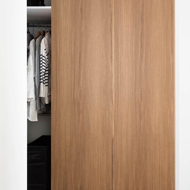 Nedlands home renovation, cabinetry detail in the walk in robe.⠀ .⠀ .⠀ .⠀ .⠀ .⠀ Cabinetry design by @turnerinteriordesign⠀ Architectural renovation design by @georgeshi⠀ Cabinets built by @customstylerenovations⠀ Photo by @scotthorsebra⠀ .⠀ .⠀ .⠀ #homerenovations #cabinetrydesign #routedhandledetail #walkinrobe #oakveneer #turnerinteriordesign #interiorarchitecture
