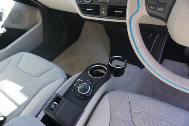助手席と運転席の間を遮る仕切りもない