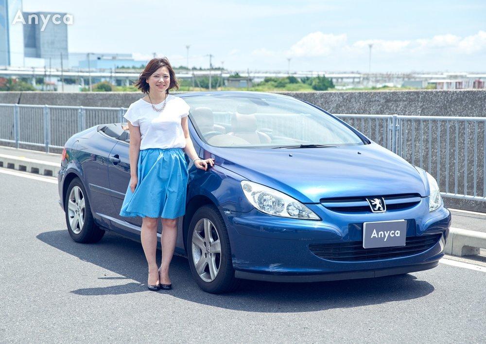 独特な茶色のシートと、フランス車特有の落ち着いたブルーの外装。夏の海沿いや都会の夜景が似合うおしゃれなオープンカーだ。
