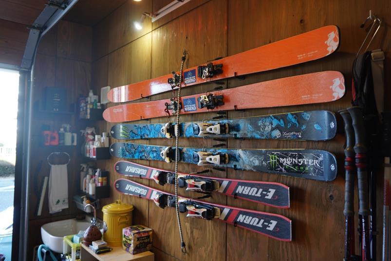 ガレージにはスキー用具がいっぱい!