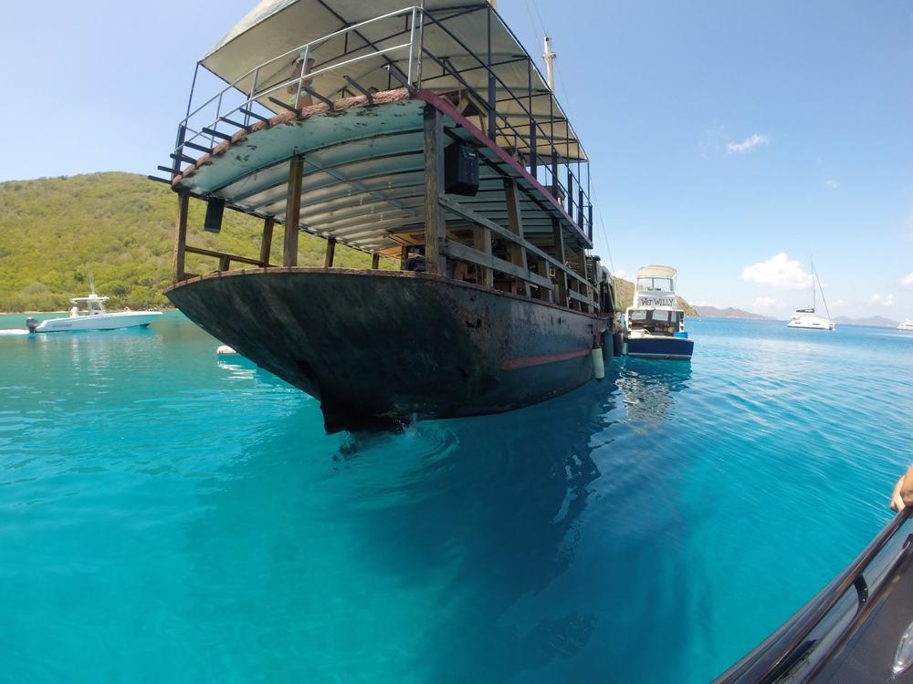 Grande Bay Resort: Willy Ts Floating Restaurant & Bar