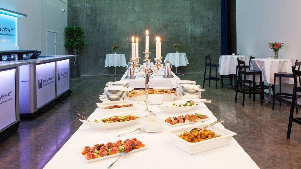 Maten kan serveres i en av salene eller mingleområdet.