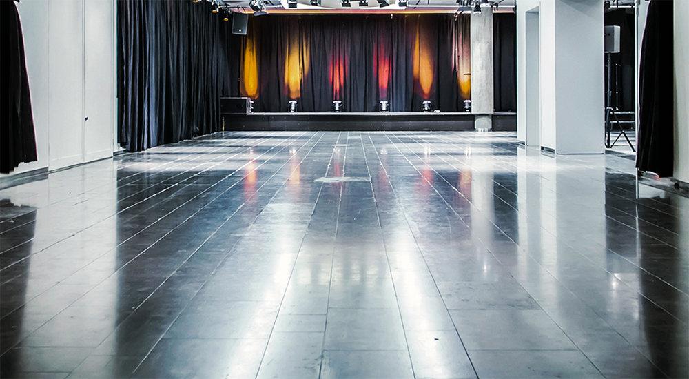 Scenen kan brukes til konserter, foredrag, standup osv. Det er god plass til dansegulv foran konsertscenen.