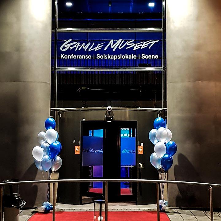 Vi kan også pynte inngangen av lokalet til firmafesten. Her har vi for eksempel pyntet inngangspartiet med ballonger i firmaets farger.