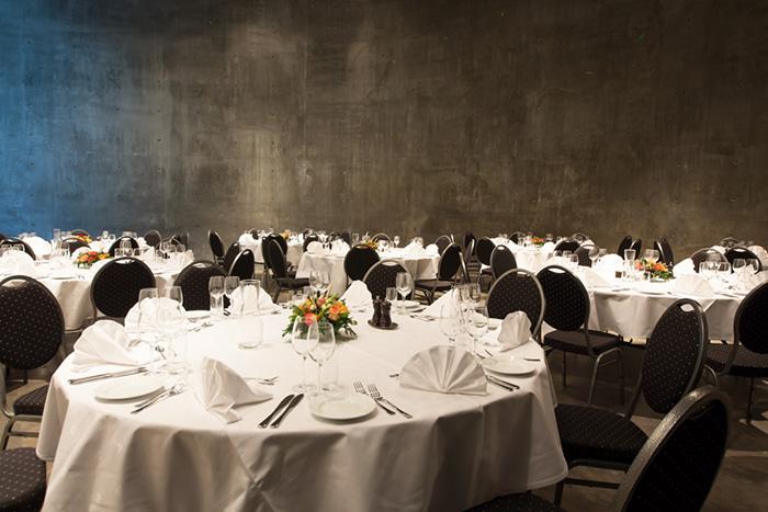 Gamle Museets bryllupslokaler er fleksible og har mange muligheter. Her er det dekket rundbord til bryllupsgjestene.
