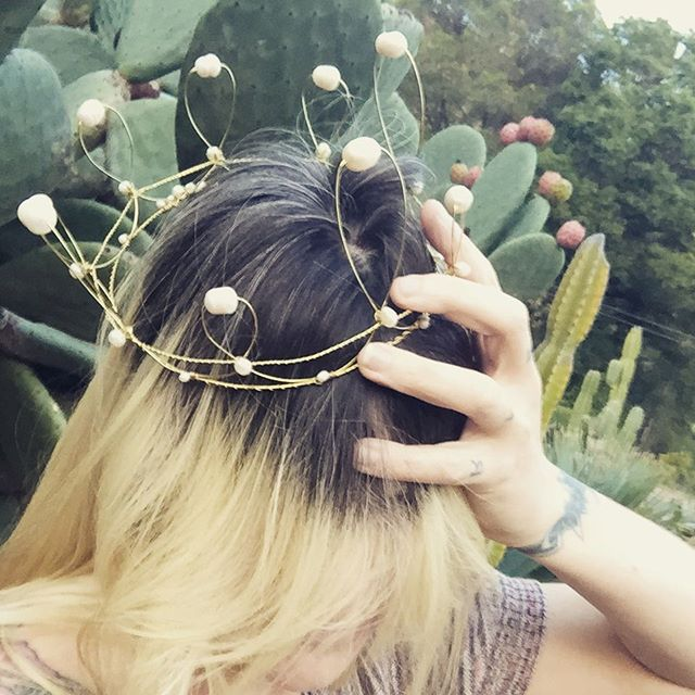 Nothing gold can stay. Not my dye job, and not this epic #oneofakind #handmade #pearl and #wire #crown by @k.denee. Get it while you can. #bigsurart #bigsurcraft #gardengallery #locallove