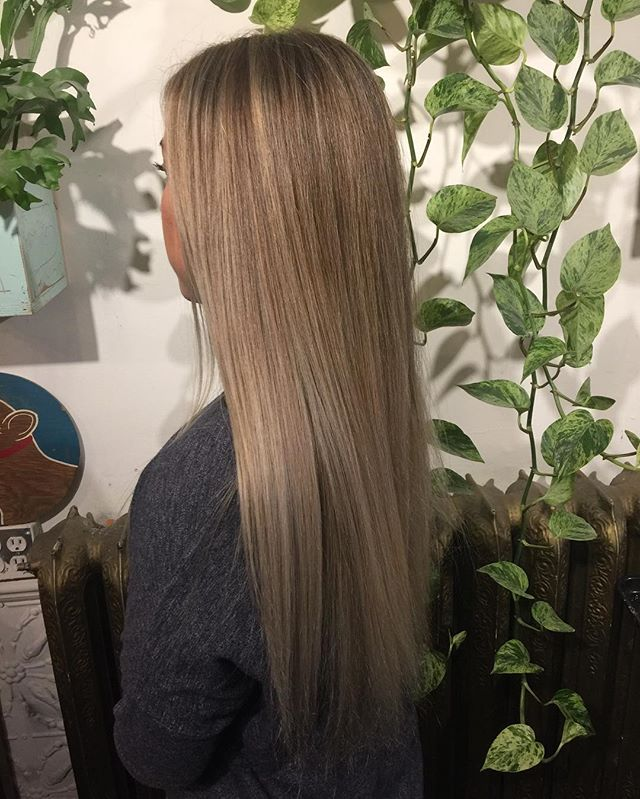 Color @thenatzmeowhair #balayage#hairpainting#wella#wellahair#freelights#beachhair#blond#blonde#handpainted#ombre#sombre#yvr#vancouverhair#colorist#livedinhair#livedincolor#babylights#ashyhair