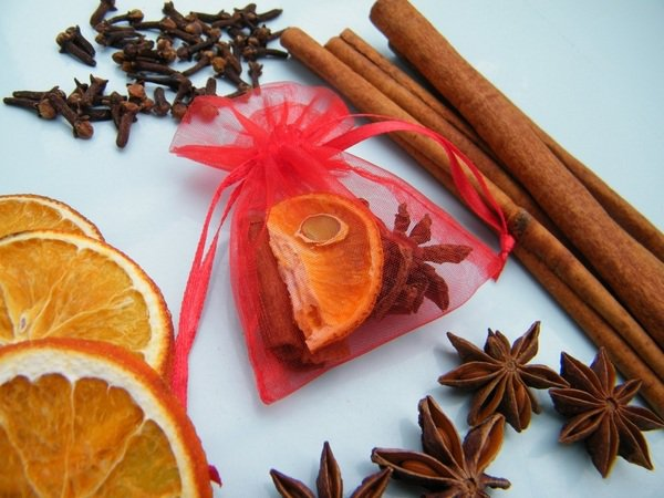 christmas-crafts-ideas-homemade-christmas-gifts-scented-bag-cinnamon-dry-orange.jpg