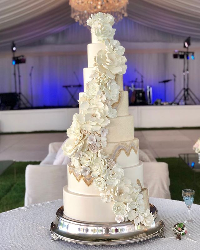 Loved making this one and being a part of this special day with all these wonderful wedding vendors! @mariee_ami  Made with edible sugar crystals and flowers.