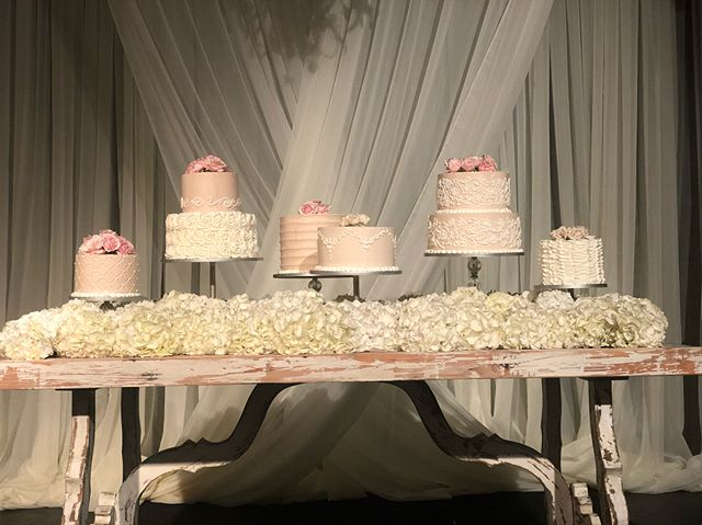 Love this set up for the Bride's cake table! Congratulations Haleigh and Emerson! Check out this beautiful table from @prophousebirmingham @bawarehousebham