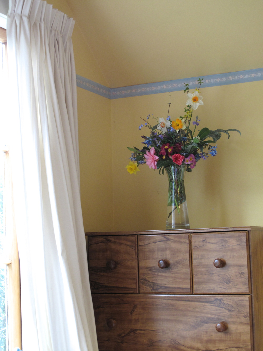 bouquet spring daffodils bedroom