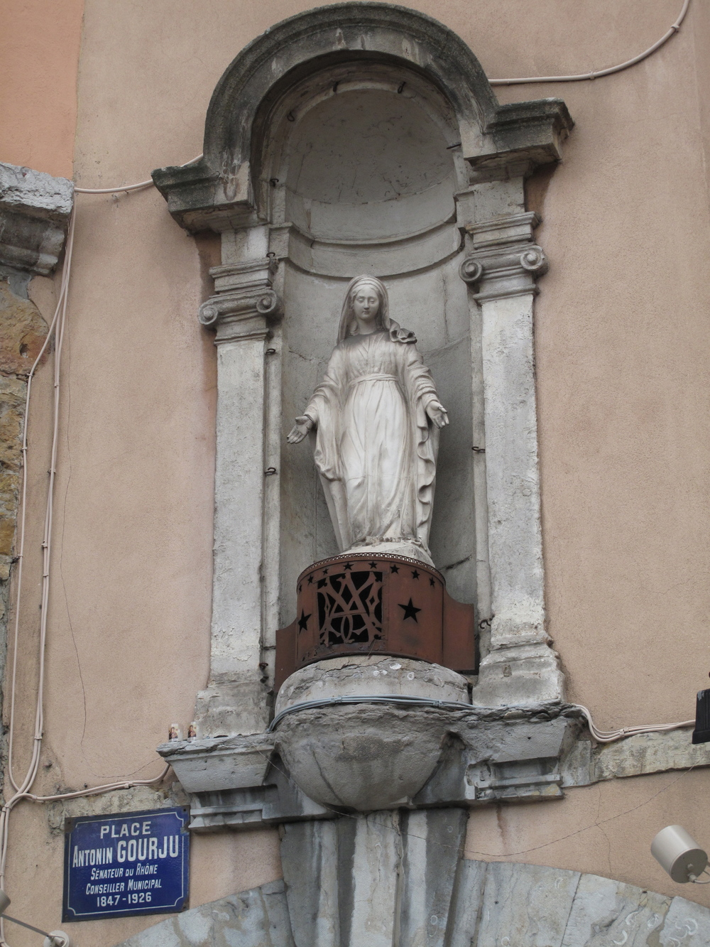 Place Antonin Gourju Lyon - figure of a saint on the wall
