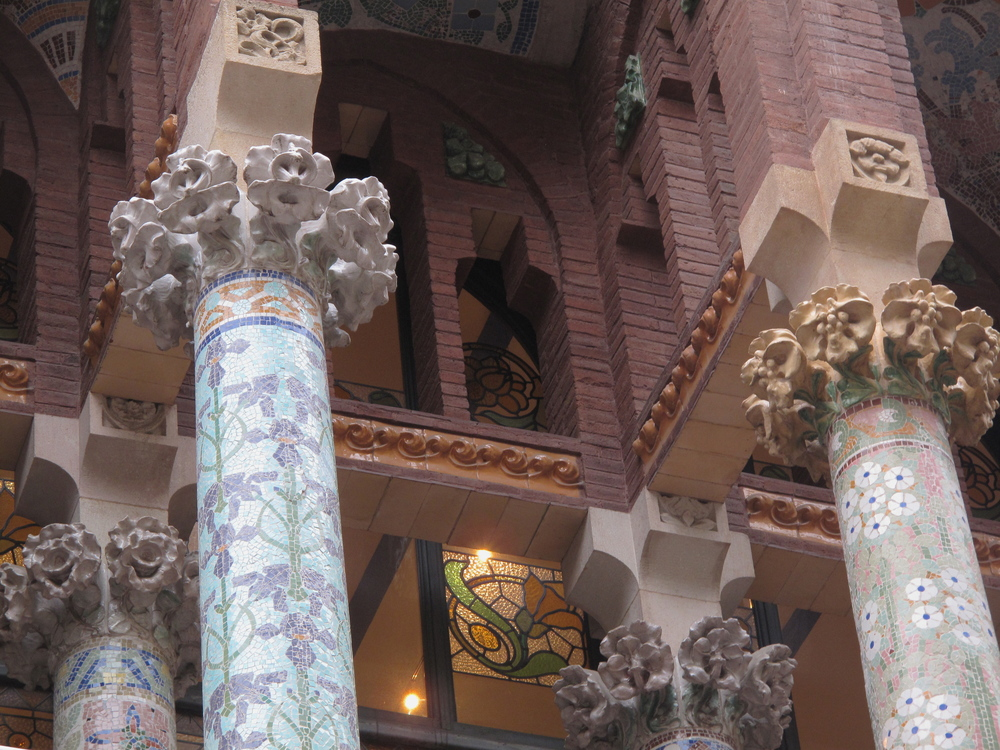 Organic architecture in Barcelona - flowers in stonework and art nouveau pillars