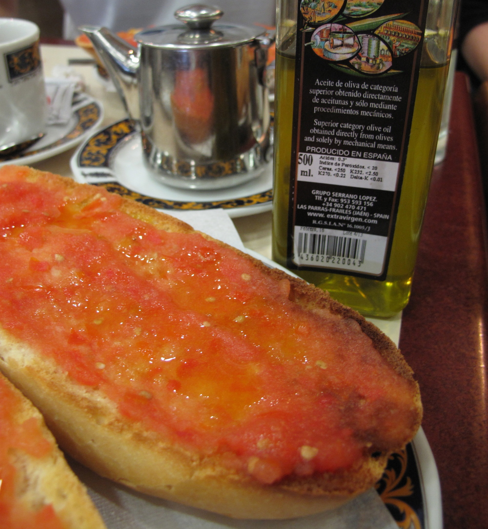 Pan con tomate and a healthy drizzle of olive oil