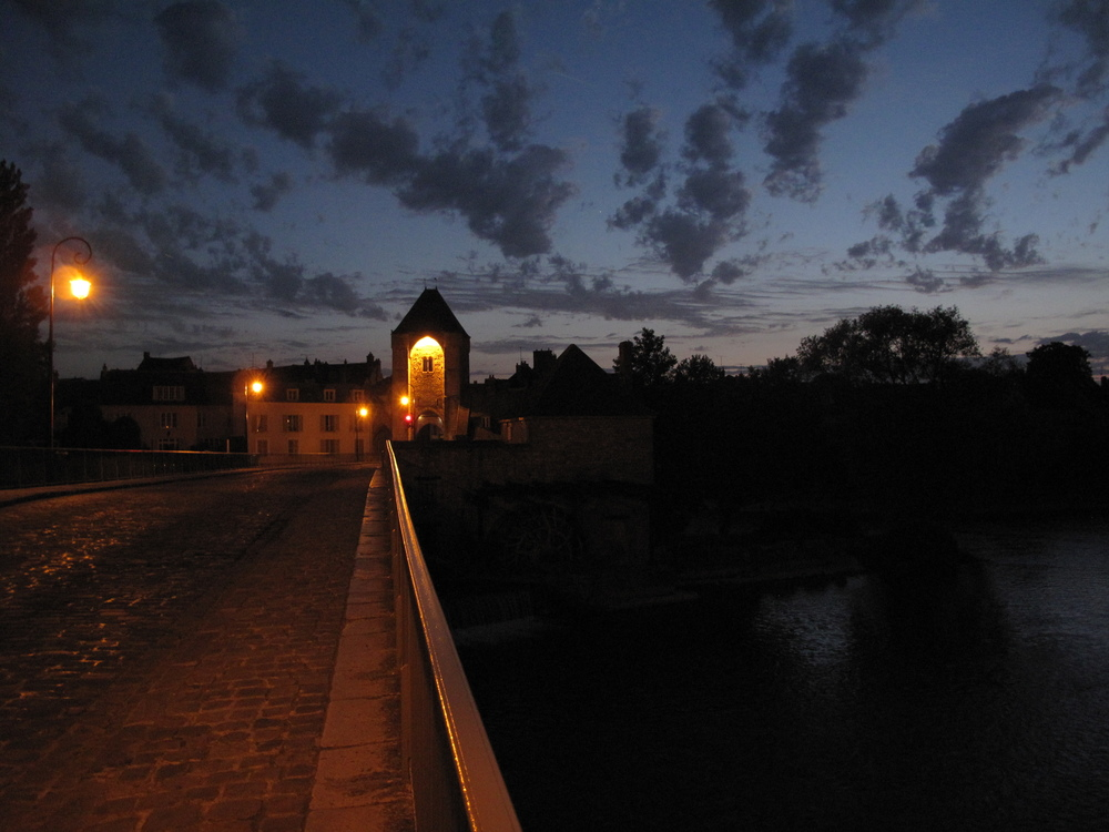 Moret sur Loing at night