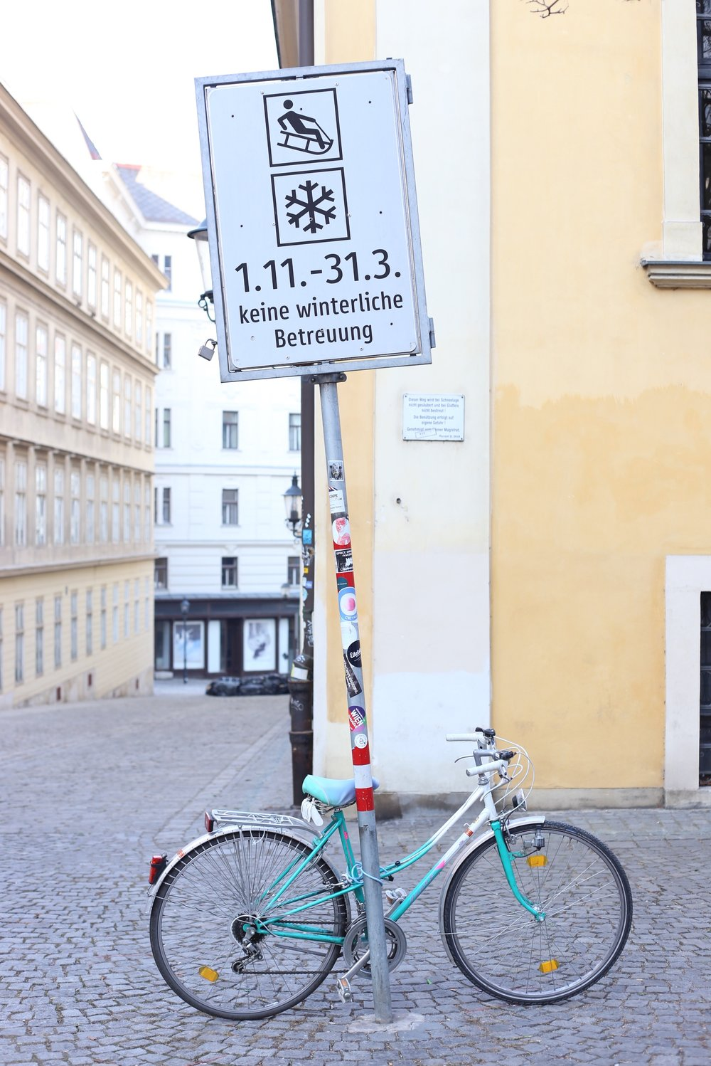 Bike and a sign for sledding in the streets of Vienna.