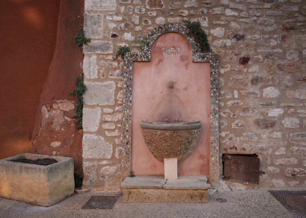 A water fountain in the village of Roussillon.