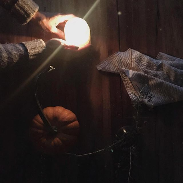 Candle flickers, cool weather and pumpkins. Thank you for the beautiful picture @bevinvalentinejalbert 🔥🎃