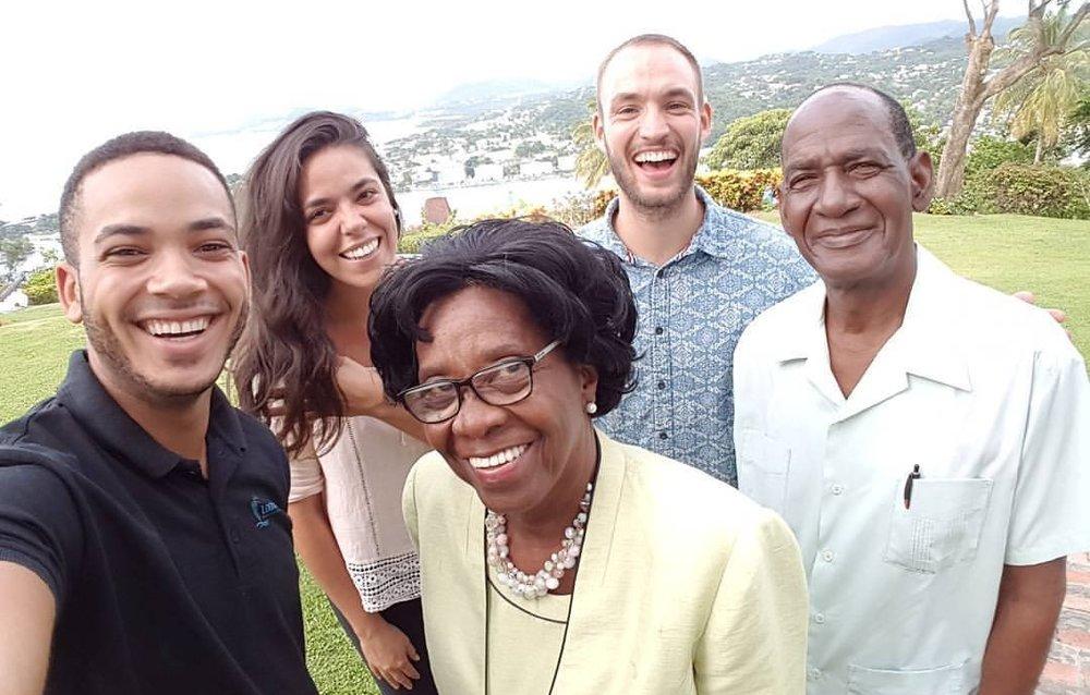 JEM Sainte-Lucie a eu l'honneur de loger pendant quelques mois l'équipe avancée de Logos Hope (Brandon, Paula et David) ici avec le Gouverneur Général de Sainte Lucie H.E. Paulette Louisy et le PasteurGriffith (en première ligne)