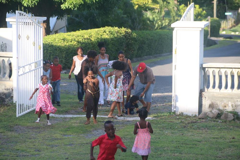 Enfants et des volontaires arrivent au campus