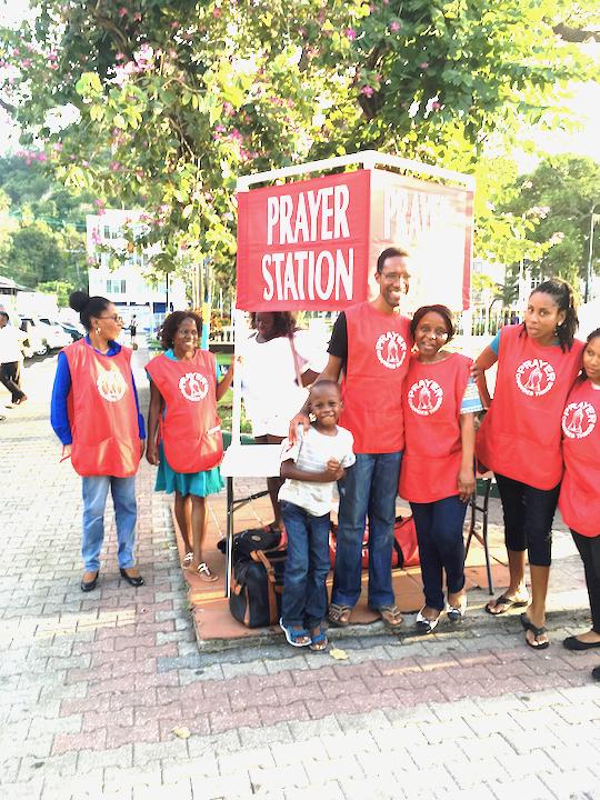 Une équipe de bénévole après un station de prière