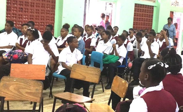 Des jeunes assiste a une de nos séances dans un lycée de la place
